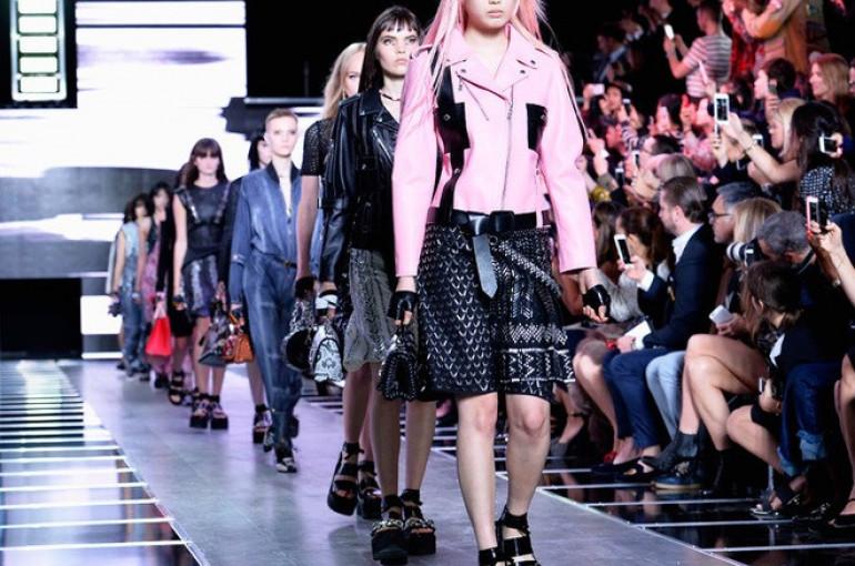 acc0d060421e Большой digital-вечеринкой обернулся парижский показ Louis Vuitton. И не  только потому, что гости французского дома не опуская рук щелкали айфонами  и ...