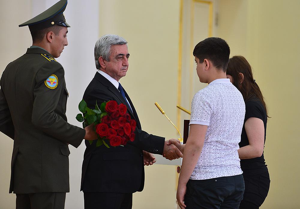 Սերժ Սարգսյանը հանձնել է հետմահու  շնորհված պետական բարձրագույն պարգևները (լուսանկարներ)