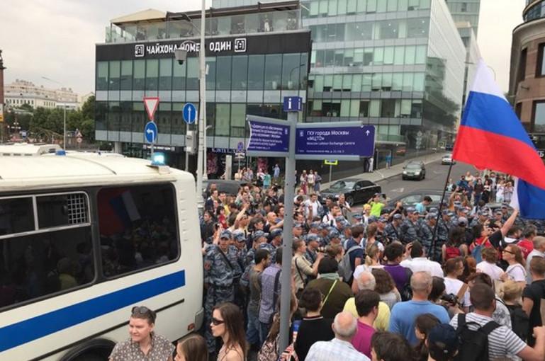 Տեսանյութ. Մոսկվայում ջրցան մեքենաներ ու մահակներ երթի անցկացման ժամանակ
