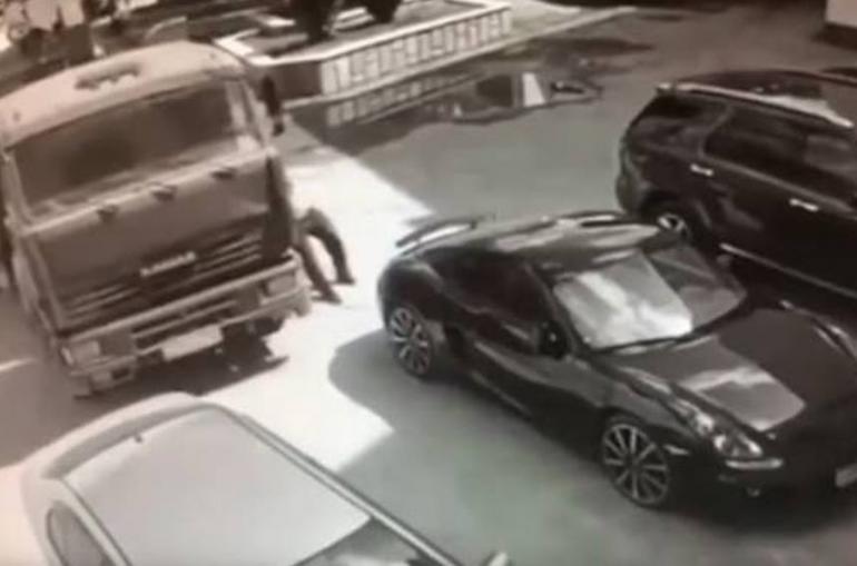 Տեսանյութ.  Մոսկվայում վարորդին հաջողվել է ձեռքերով կանգնեցնել շարժման մեջ գտնվող 24 տոննանոց «ԿամԱԶ»-ը