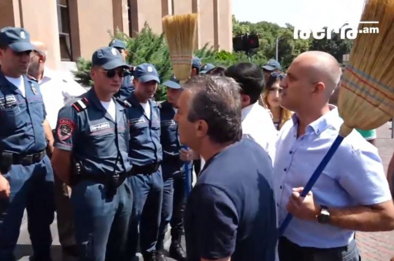 Տեսանյութ.Քաղաքապետարանի մոտ վիճաբանություն սկսվեց. կան բերման ենթարկվածներ
