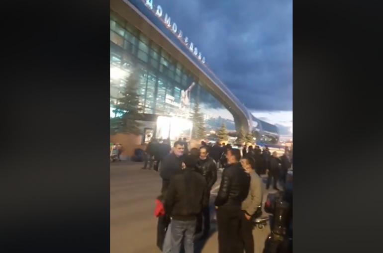 Տեսանյութ.«Դոմոդեդովո» օդանավակայանից երեկ գիշեր հայերին դուրս են հանել. իբր ախտահանում են, բայց խաբեցին