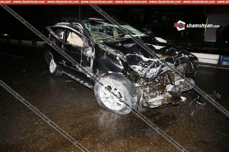 Երևանում 26-ամյա վարորդը BMW X5-ով տապալել է բետոնե պատնեշը, բախվել գովազդային սյանը. 4 վիրավորներից 2-ին հայտնաբերել են մեքենայից դուրս