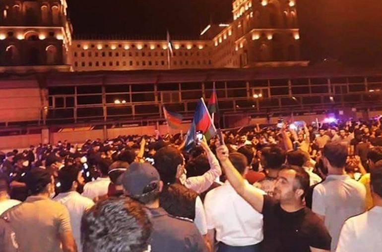 Տեսանյութ.Բաքվում  երեկ կեսգիշերին ցույց  է տեղի ունեցել, ներխուժել են  խորհրդարանի շենք՝պահանջելով ռազմական գործողությունների շարունակություն