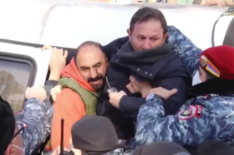 Տեսանյութ.ԱԺ-ի դիմաց ակցիայի մասնակիցներն ուսապարկեր, գոմաղբ նետեցին ԱԺ բակ. կան բերման ենթարկվածներ
