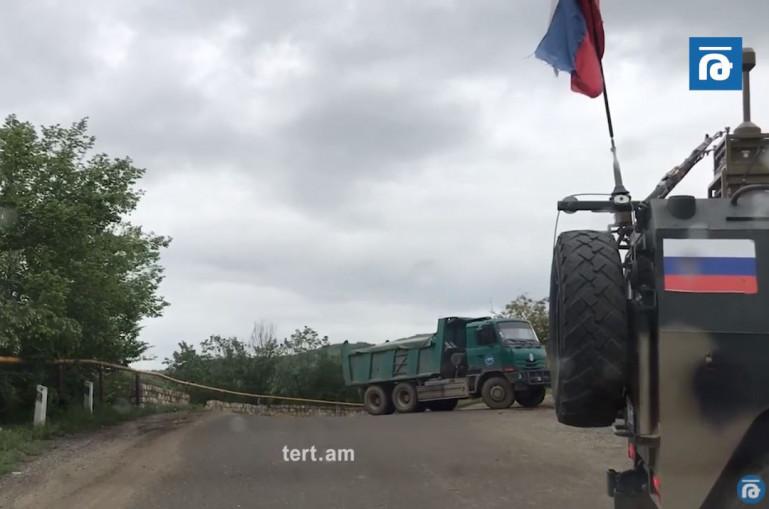 Տեսանյութ.Ստեփանակերտի մոտ ռուսները կանգնեցրել են հայերի մեքենաները, որ ադրբեջանցիների շարասյունն անցնի