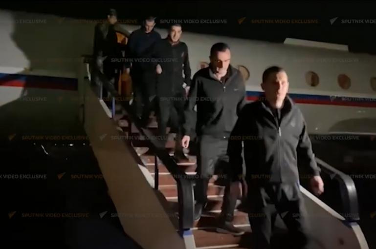 Տեսանյութ.Հայ գերիներին տեղափոխող ինքնաթիռը վայրէջք կատարեց Երևանում