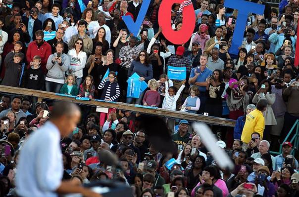 Օբամայի ելույթը ընդհատել  են «Բիլ Քլինթոնը բռնարար է» գրություններով շապիկներով երիտասարդները