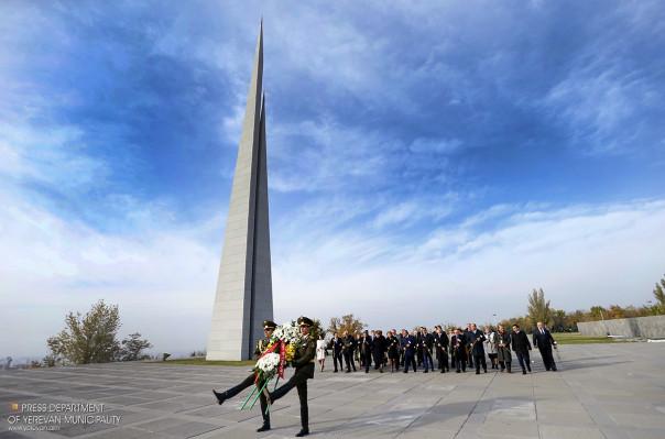 Սանկտ Պետերբուրգի փոխնահանգապետը հարգանքի տուրք է մատուցել Հայոց մեծ եղեռնի նահատակների հիշատակին
