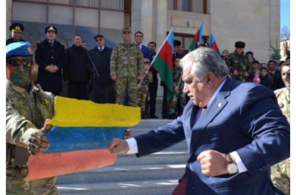 Ադրբեջանցի պաշտոնյան ատելությունից կուրացած շփոթել է Հայաստանի ու Կոլումբիայի դրոշներն ու արդյունքում հարձակվել է կոլումբիական դրոշի վրա