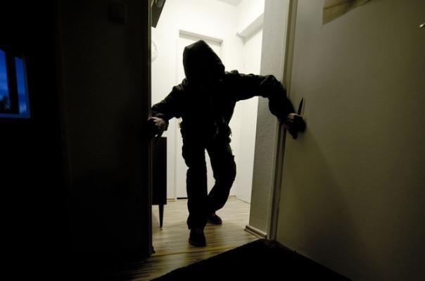 Բնակարանագողությունների դեպքերով մեղադրվում են 4 անձինք, այդ թվում՝ անչափահաս աղջիկ