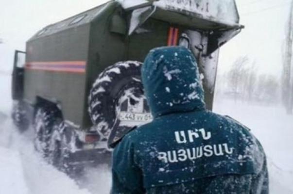 Արագածոտնում ձյունը փակել է ճանապարհը, փրկարարները հղի կնոջը մոտեցրել  են «Շտապօգնության» մեքենային