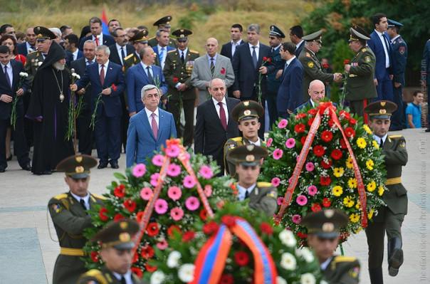 Серж Сагрсян и Бако Саакян возложили венки к  могилам воинов, павших вo Второй мировой и Арцахской освободительной войнaх