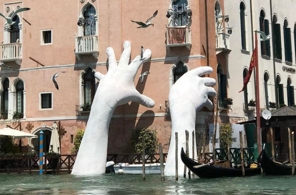 Ջրից վեր հառնող ահռելի ձեռքեր. Վենետիկի բիենալեի ամենաուշագրավ ինստալյացիաներից մեկը՝ ֆոտոշարքով