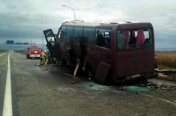 Перевернувшийся вГрузии автобус ехал из столицы вЕреван