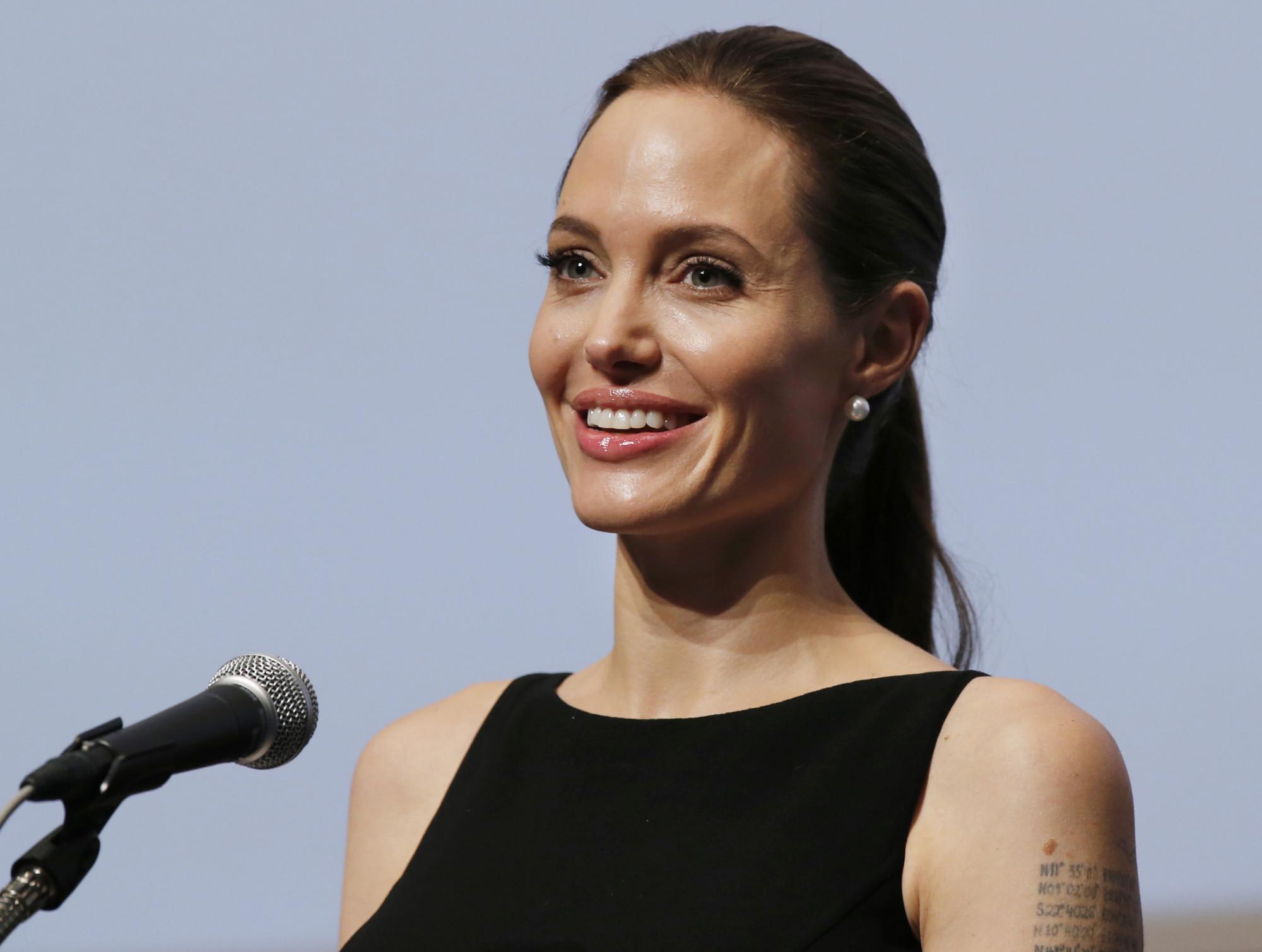 Картинки по запросу 5.Анджелина Джоли рассказала о перенесенном параличе лицевого нерва.