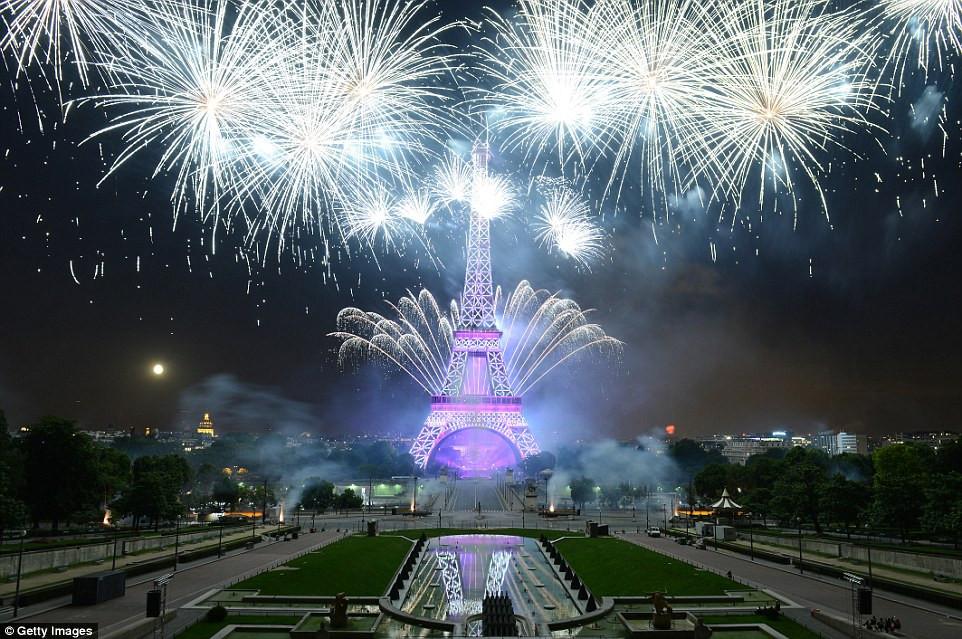 Во Франции сожгли почти 900 машин во время празднования Национального дня