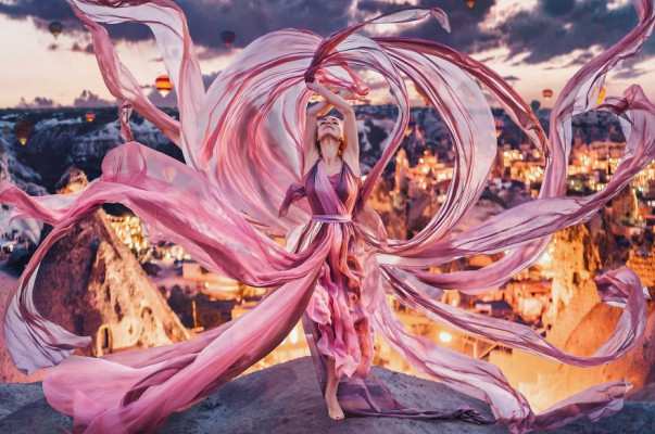 Ռուս լուսանկարիչը ճանապարհորդում է՝ տեսարժան վայրերի ֆոնին լուսանկարելով համապատասխան հագուստով գեղեցկուհիների (լուսանկարներ)
